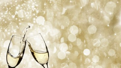 Taças de champanhe em fundo dourado.