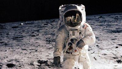 Imagem de astronauta em seu traje, andando na Lua.