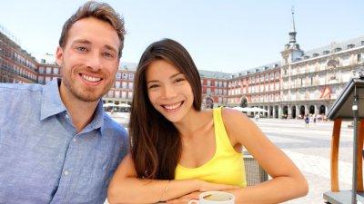 Homem e mulher tirando foto