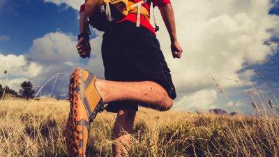 Homem caminhando no campo
