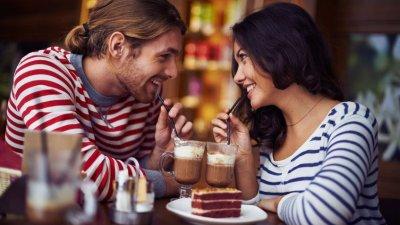 Casal tomando milkshake e sorrindo