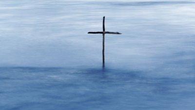 Cruz em rio