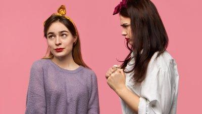 Mulher olhando desconfiada para outra