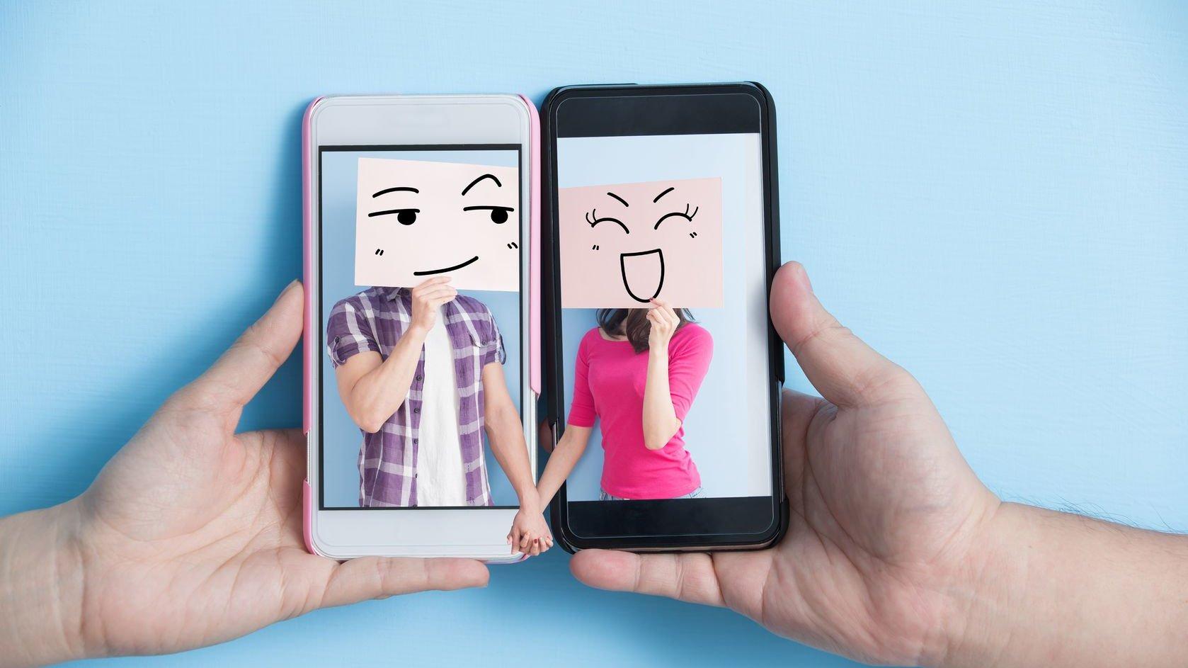 Celulares lado a lado, com imagens de casal com caixa de papelão na cabeça