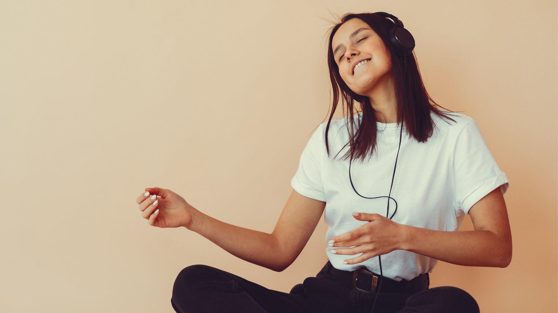 Garota sorrindo ouvindo música no fone de ouvido