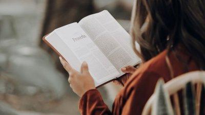 Mulher lendo a bíblia.