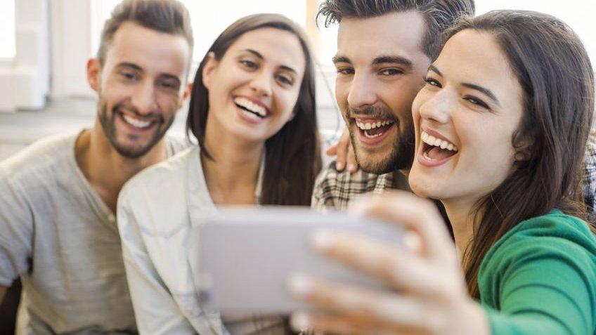 Grupo de pessoas tirando selfie