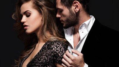 Casal com roupa social seduzindo-se