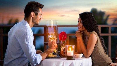 Homem e mulher conversando em um jantar romântico