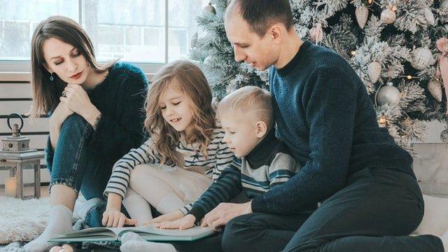 Família interagindo em sala de estar