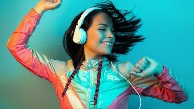 Mulher dançando enquanto usa fone de ouvido.