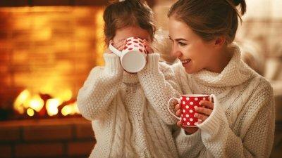 Mãe e filha com xícaras