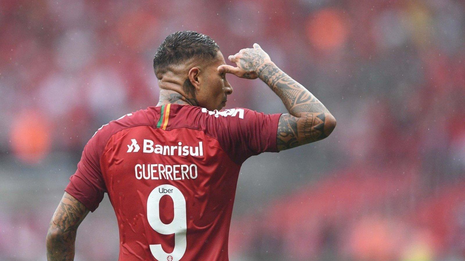 Foto de Paolo Guerrero em jogo pelo Sport Club Internacional.