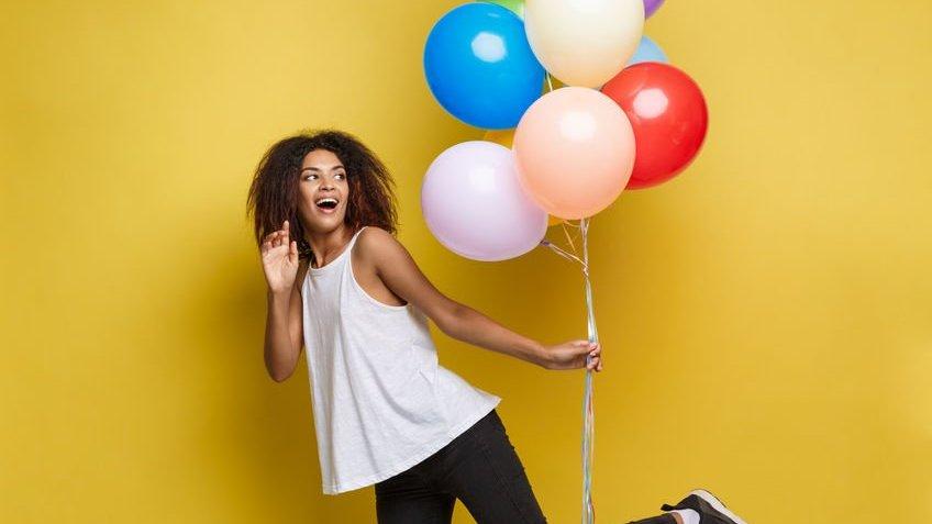Mulher segurando balões