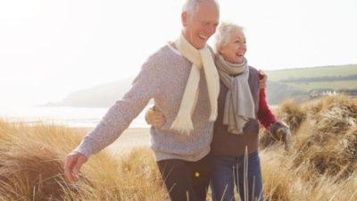 Casal de idosos na praia.