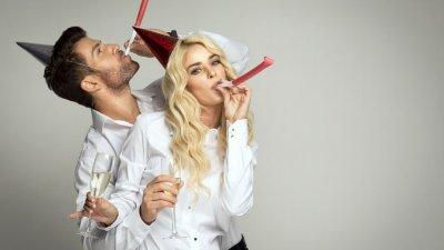 Homem e mulher comemorando Ano Novo