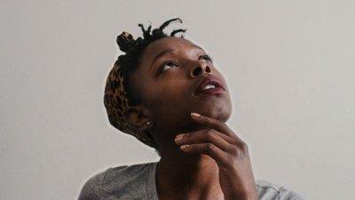 Mulher negra olhando para o alto