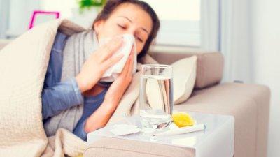 Pessoa doente assoando o nariz