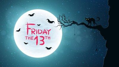 Ilustração de silhueta de gato em árvore com lua cheia ao fundo escrito 'Friday the 13Th'