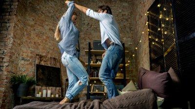 Casal dançando em cima da cama