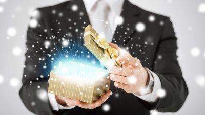 Homem abrindo caixa dourada, e uma luz azul sai de dentro dela.
