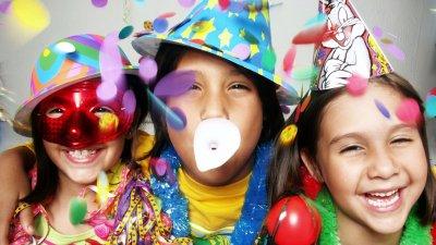 Crianças rindo com fantasias de Carnaval