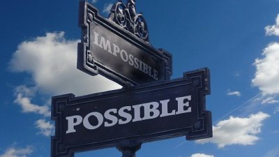 Placas com Possível e Impossível escrito em inglês