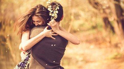 Casal abraçado em um parque.