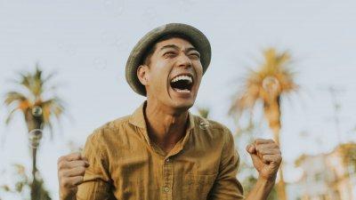 Homem sorrindo feliz