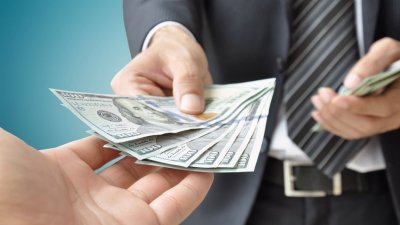 Pessoa dando dinheiro para outra