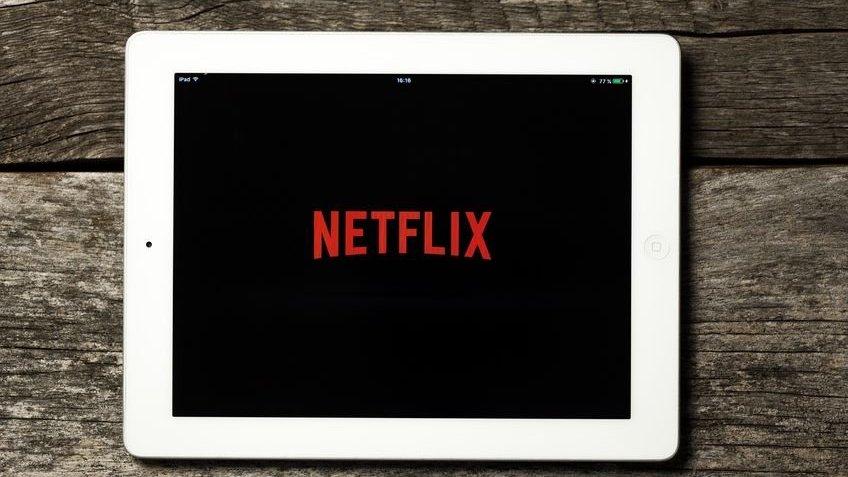 iPad branco com logo da Netflix na tela