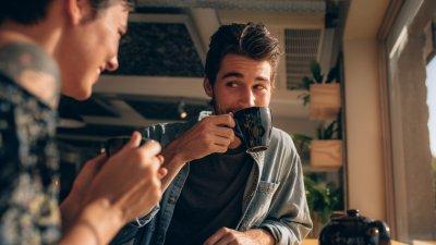 Casal em um café conversando
