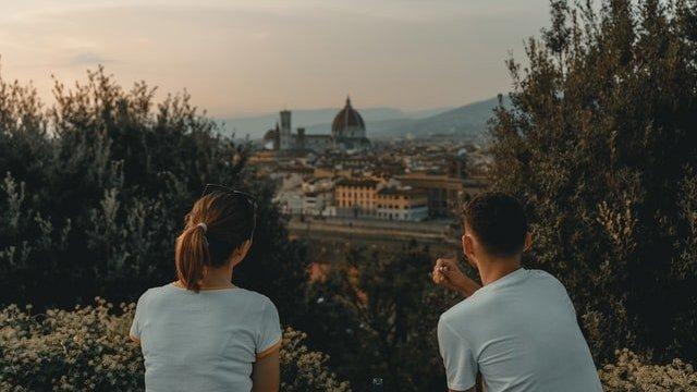 Homem e mulher olhando para horizonte