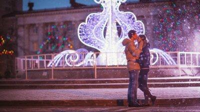 Casal se beijando em uma noite  chuvosa