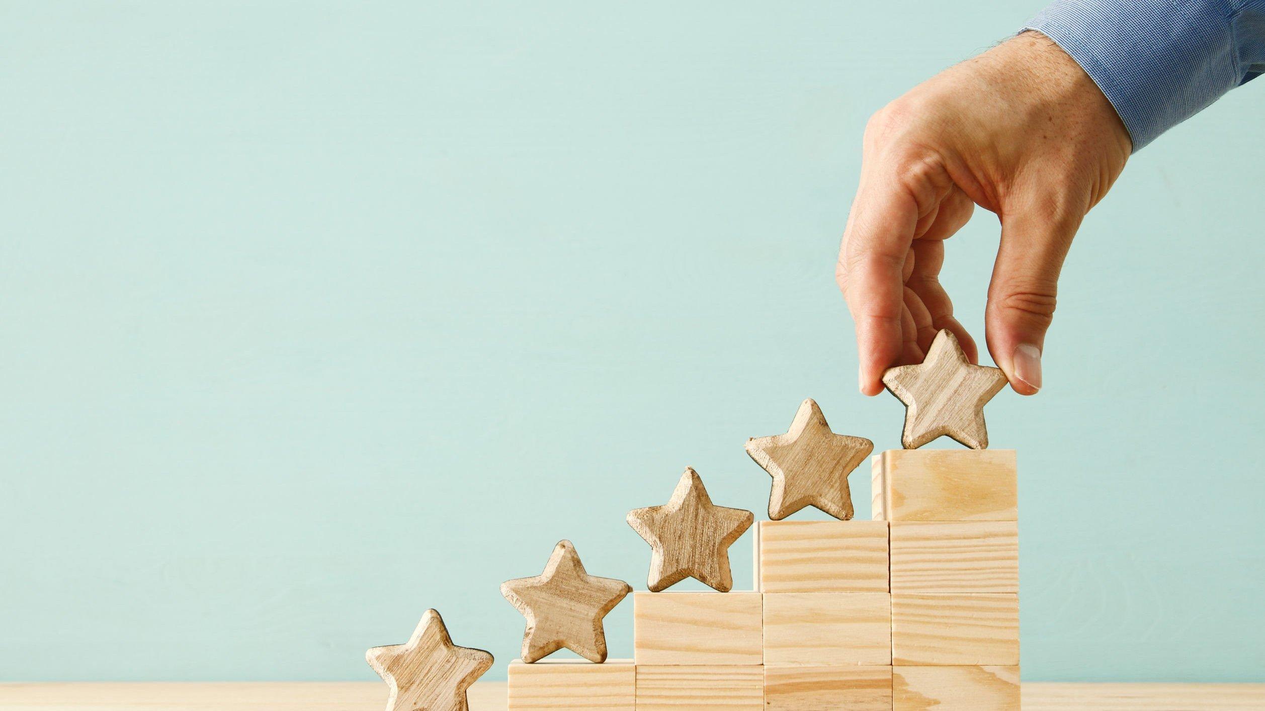 Ranking de 5 posições com estrelas de madeira