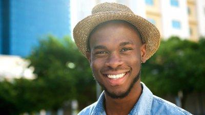 Homem de chapéu sorrindo
