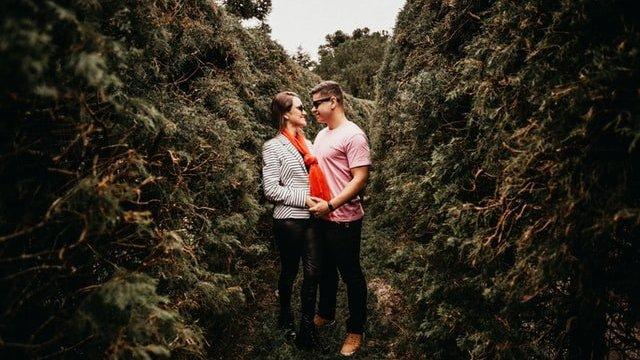 Casal no meio de plantas