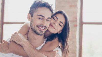 Mulher abraçando homem