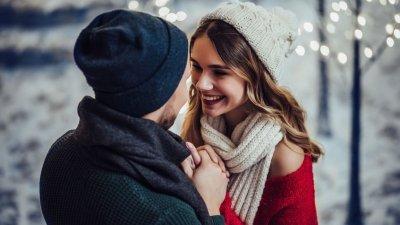 Mulher sorrindo olhando para namorado