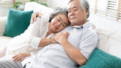 Casal dormindo juntos