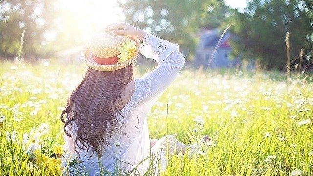 Menina sentada em gramado
