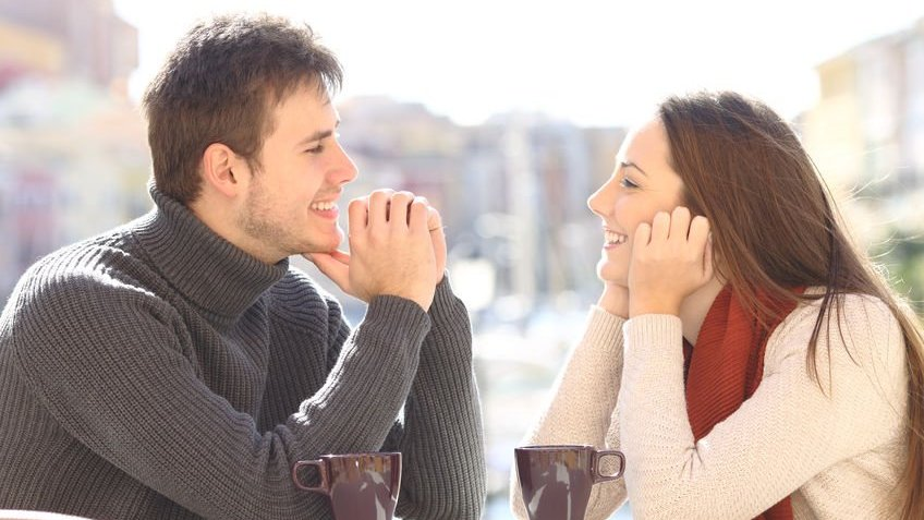 Casal sentados conversando