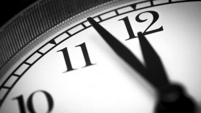 Relógio marcando o horário próximo a meia noite