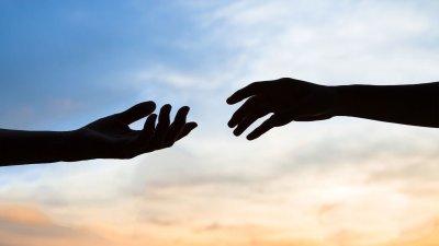 Duas mãos se aproximando.