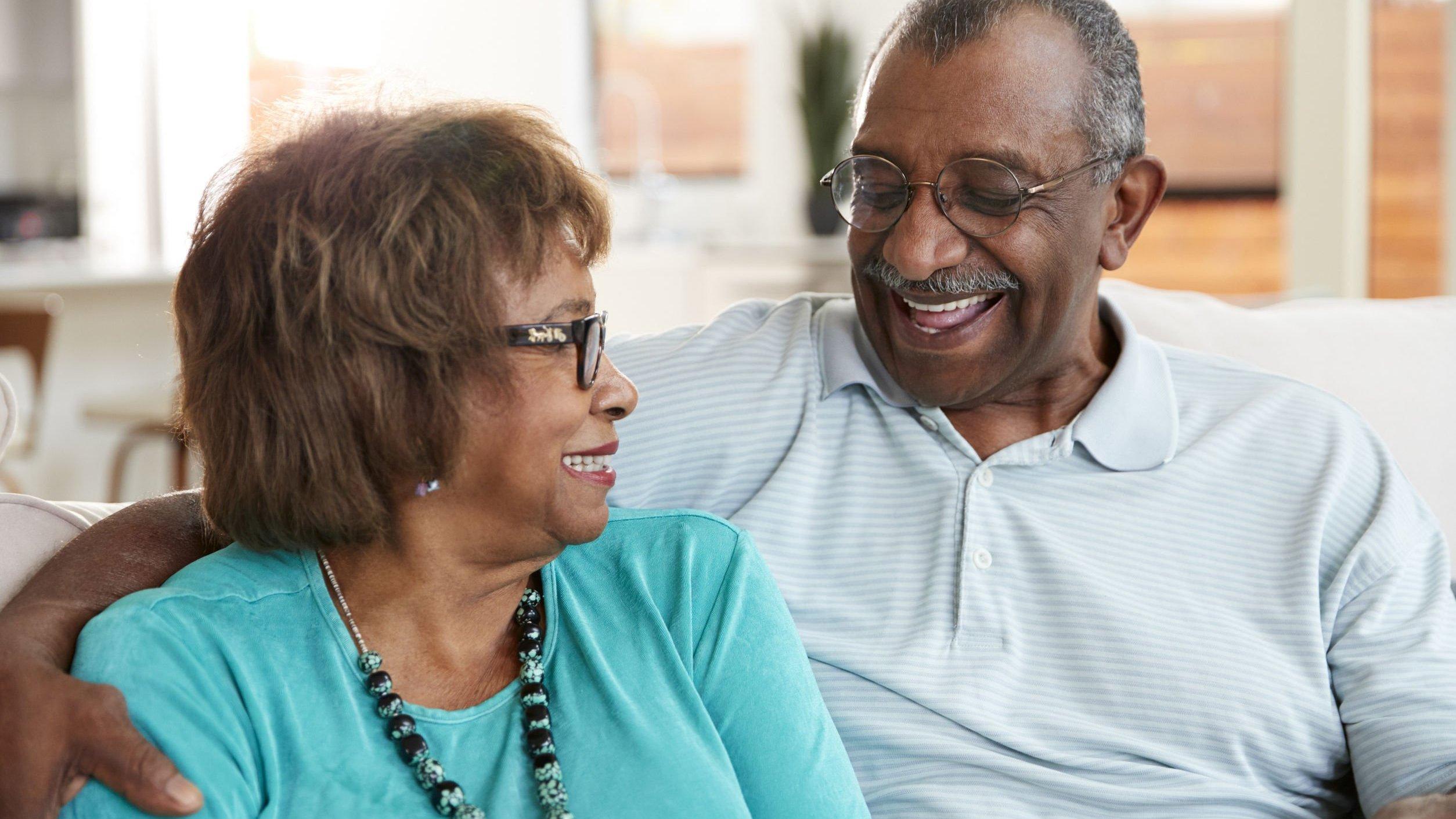 Casal de idosos sorrindo um para o outro