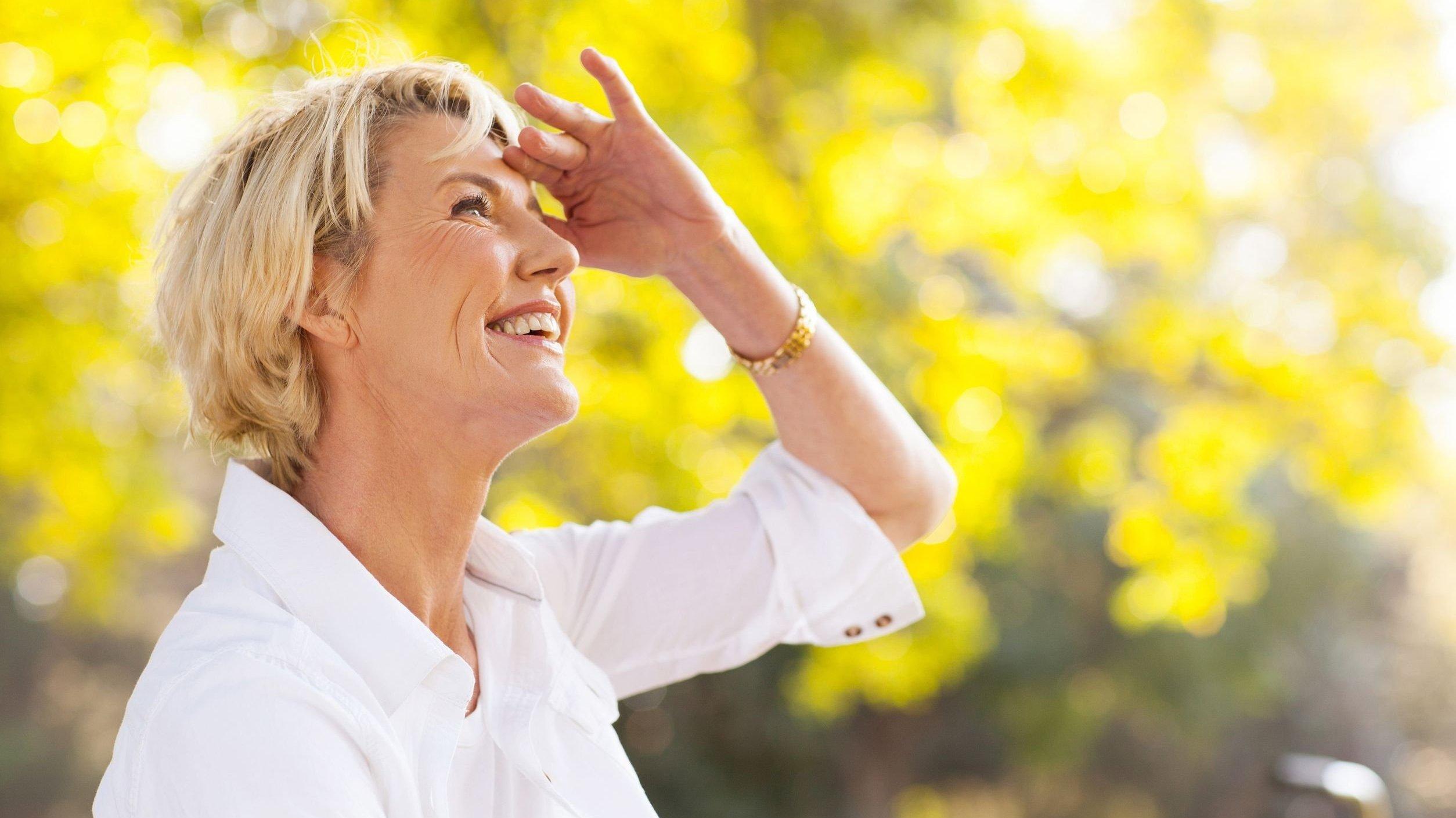 Mulher sorridente olha para cima