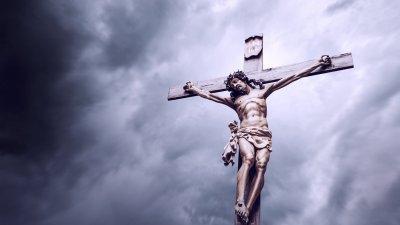 Cruz com Jesus crucificado em fundo azul
