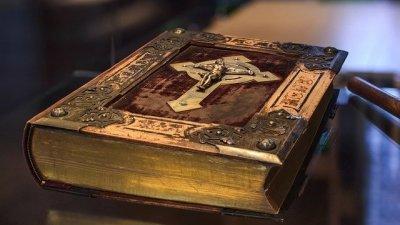 Bíblia apoiada em mesa