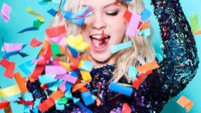 Mulher comemorando seu aniversário com confetes e fitas