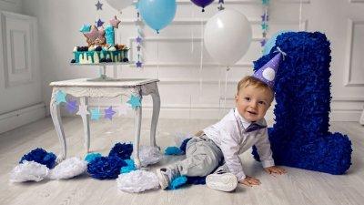 Bebê sorrindo em meio decoração de aniversário de 1 ano